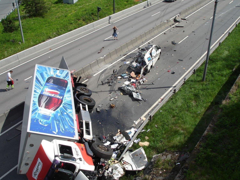 Politiet bekrefter at en person har omkommet i en meget stygg trafikkulykke ved Lambertseter