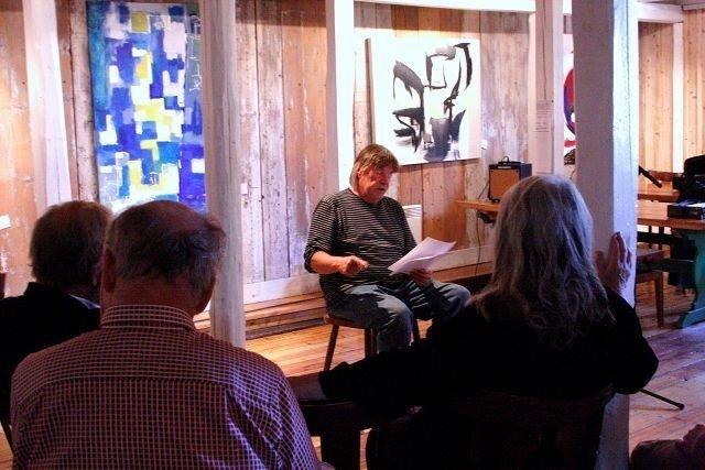 """Erik Frisch hadde tatt turen fra """"Knatten"""" på Hvaler og inn til Årvoll gård for å lese egne tekster."""