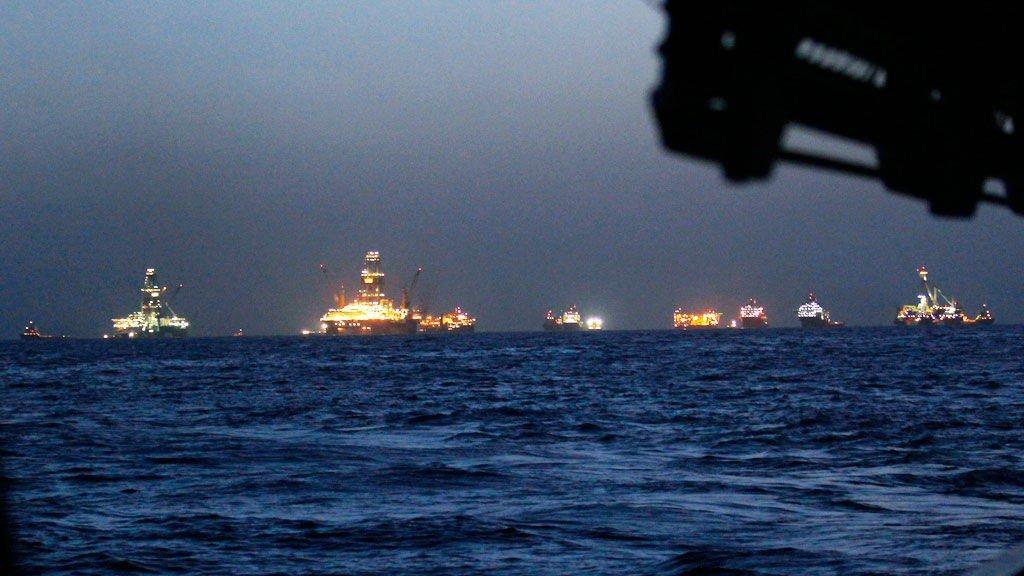 EVAKUERES: Alle skipene som jobber med oljelekkasjen i Mexicogulfen blir nå evakuert.