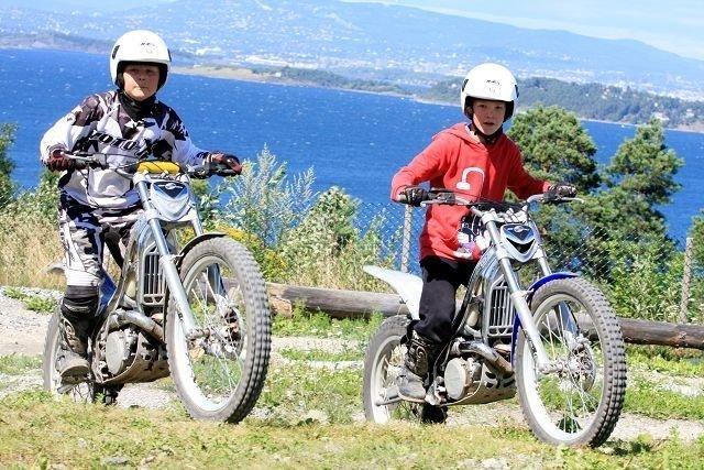 Herman Skogheim (10) og Andreas Skjærvold Christensen (11) hadde god kontroll på motorsyklene under sommerleirens siste dag.
