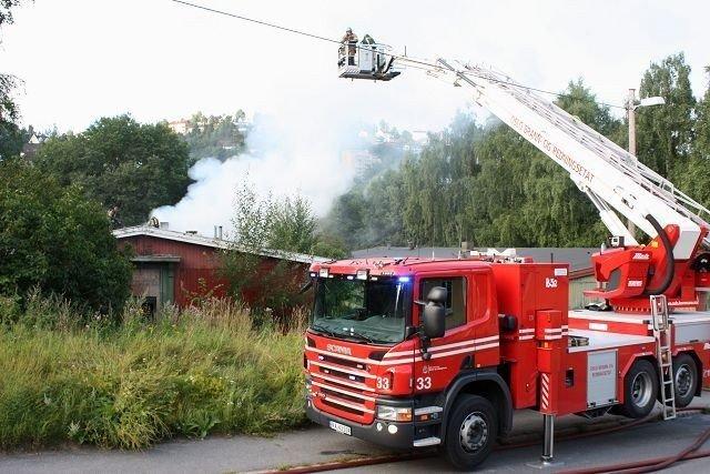 Brannvesenet måtte i høyden over røyken for å få oversikt over brakkebrannen i Arnljot Gellines vei på Kværner onsdag morgen.