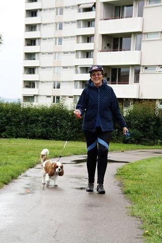 Bergljot Kari Dale (69) gir livet mening ved å fylle hverdagen med tjenester. Her er hun dagmamma for nabohunden Leon (4), en King charles spaniel cavalier, mens familien er på ferie. Foto: Helene Falstad