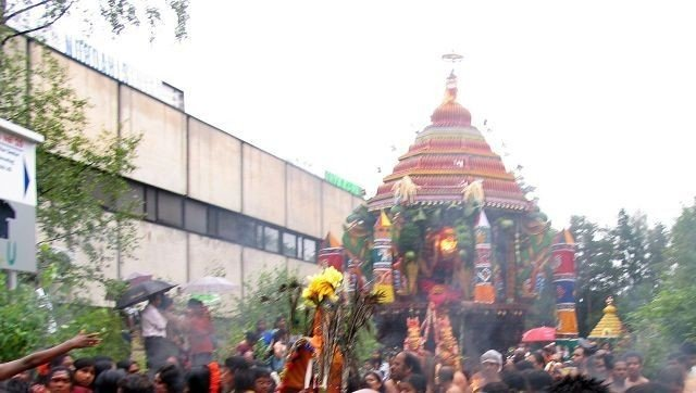 I en heller går lagerbygning ovenfor kirken på Rødtvet ligger Hinduenes Tempel. Her pågår den stor tolv dagers festival. I dag er den tiende dagen.