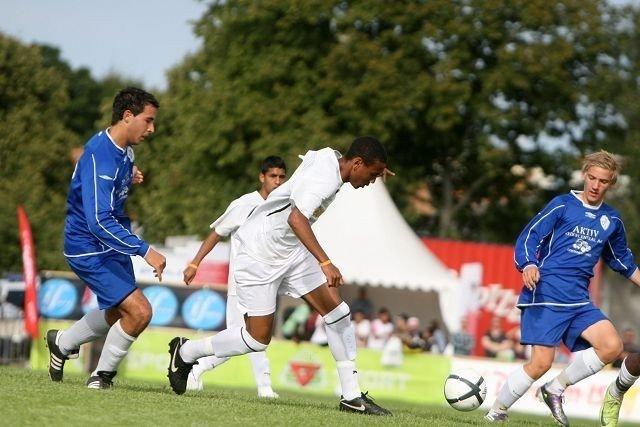 Oppsals Reda Boujedain (venstre) og Patrick Tangerud (høyre) hang brukbart med da Diego Souza de Almeida satte fart.