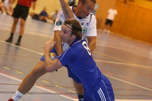 André Kolstad gir alltid full gass for Oppsal. Her i duell med Drammens Simen Holm.