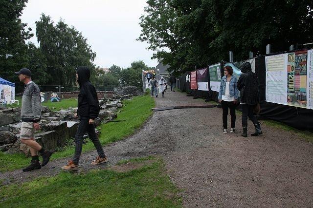 De første festivaldeltakerne er allerede på plass i en fuktig utgave av Middelalderparken.
