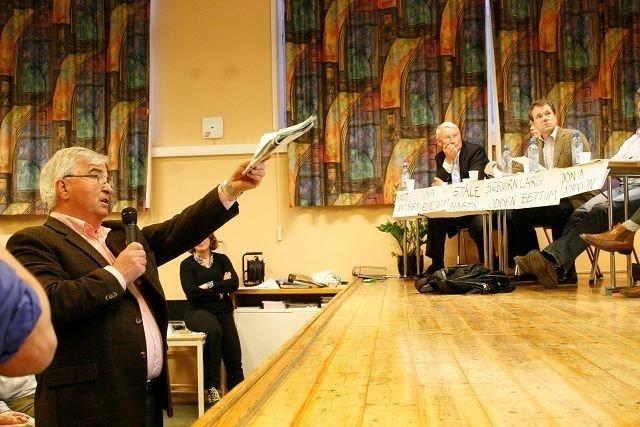 Artikkelforfatter Hroar Møthe på folkemøtet om Holtet-utbyggingen i mai i år.