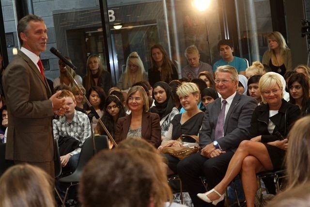 STORFINT BESØK: Jens Stoltenberg, Fabian Stang og Kristin Halvorsen koste seg tydelig på jobb i dag. KLIKK PÅ BILDET FOR Å SE NESTE BILDE