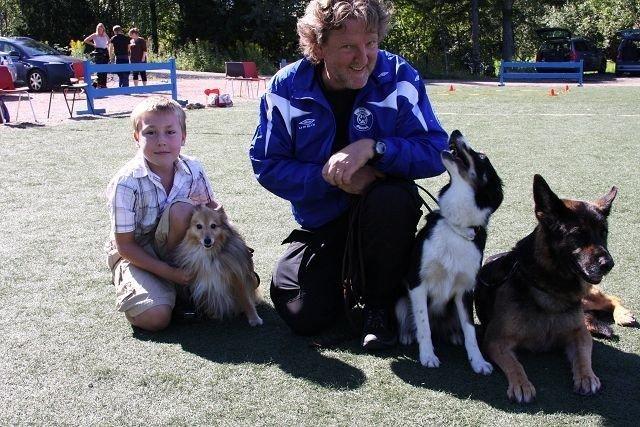 Philip Frøysa og Geir Bjørge Larsen (leder for Stovner Hundeklubb) og hundene som de hadde oppvisning sammen med.