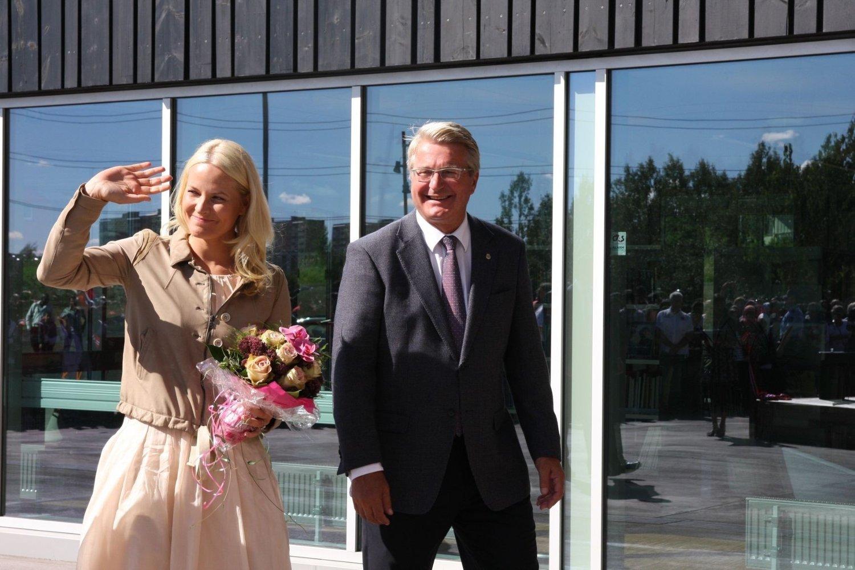 H.K.H Kronprinsesse Mette-Marit foretok den offisielle åpningen av Rommen skole og kultursenter mandag ettermiddag. Her sammen med Ordfører Fabian Stang.