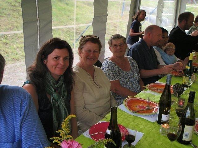 Beboerne Liz Buer, styreleder Jannicke Bain og beboer Mary- Anne Skramstad koser seg på festen.