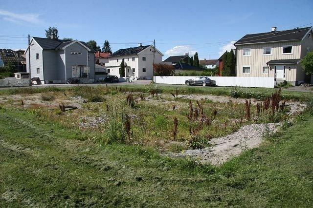 Slik så den forhenværende volleyballbanen på Sverre Enevolds plass ut i august.
