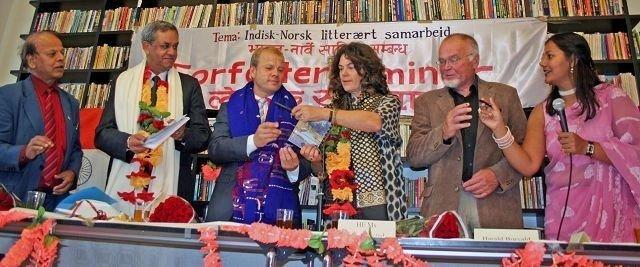 Forfatter Suresh Chandra Shukla, Dinesh Kumar Nanda, Heikki Holmås, Ann Ollestad, Harald Burvald og konferansier Sangita Shukla Simonsen. FOTO: PRIVAT