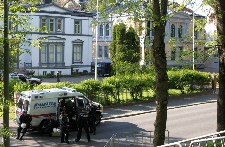 Politiet har fortsatt høyt sikkerhetsfokus ved Israels ambassade (det gule bygget på bildet).