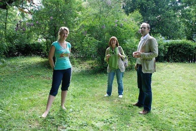 Beboer Helle Røer, Erna Kahlbom (SV) og Knut Even Lindsjørn (SV) er glade for at parken er reddet i Gyldenløves gate 15.