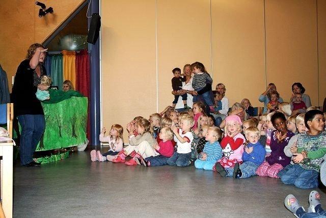 Barn fra tre nordstrandsbarnehager koste seg under teaterforestillingen i Tyslevveien sist tirsdag.