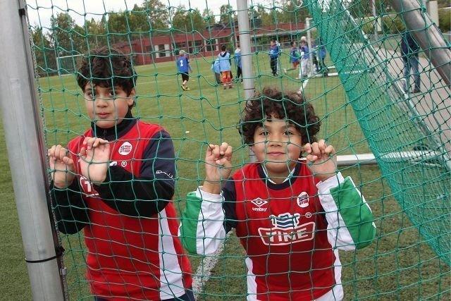 Brødrene Lokman og Nawfal Boukoulo har akkurat fått sine diplomer etter å ha vært med på Veitvet Sportsklubbs Tine Fotballskole gjennom hele lørdagen. Og de var sammen med over 100 andre unge fra 1. til 7. klassetrinn.