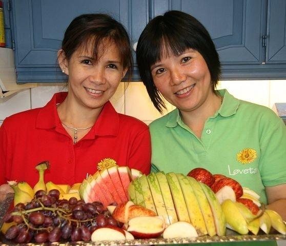 Mye sunt og godt i kantinen på KONE AS – til venstre lærling Thitiya Raedeebuk og Nguyen Thuy.