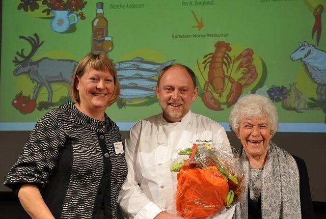 Jarle Baer og Oslo Spiseforretning er vinner av Stiftelsen Norsk Matkulturs menypris 2010. Prisen ble delt ut av Ingrid Espelid Hovig og Unn Karin Olsen.