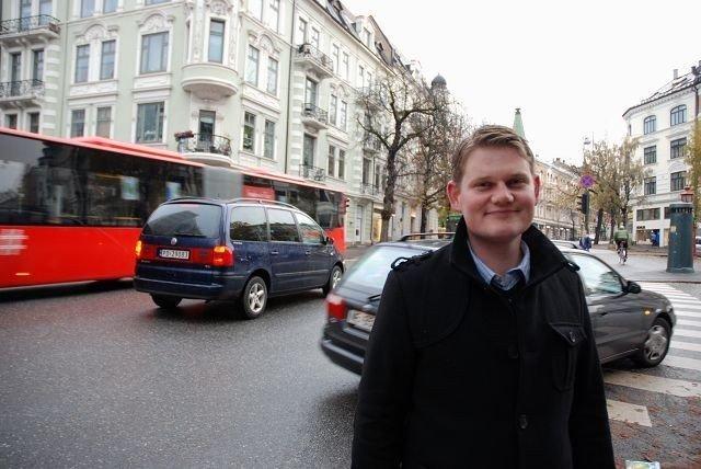 VEKK MED TRAFIKKEN: Andreas Behring (SV) mener det bør bli mindre trafikk i Bygdøy allé. Det vil også føre til bedre kår for kastanjetrærne, sier han. Foto: Anne Marie Huck Quaye
