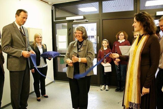 Det var Wenche Dahl fra fagforeningen som fikk æren av å erklære Sparebank 1 på Lambertseter for åpnet. Til høyre lokalbanksjef Monica Belinchon.