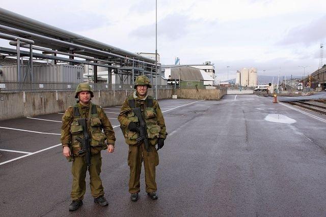 To soldater fra Ekeberg Heimvernsområde på vakt utenfor oljehavna.