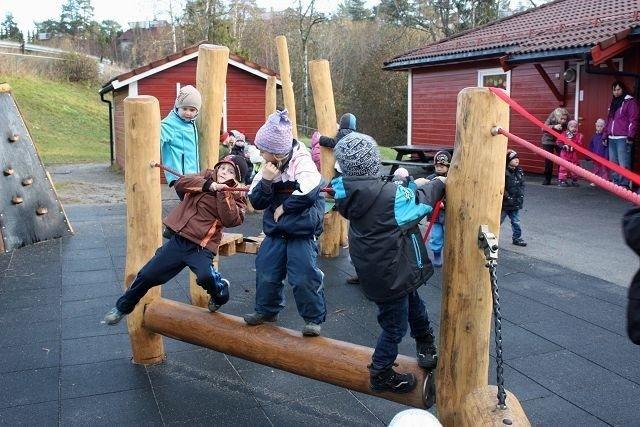 De nye lekeapparatene i Trollskogen barnehage ble rask tatt i bruk og bø på motoriske utfordringer. Foto: Arne Vidar Jenssen KLIKK PÅ BILDET FOR Å SE NESTE BILDE