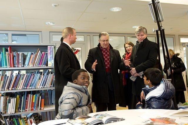 Fra høyre, Ola Elvestuen, leder ved byutviklingskomiteen, Solveig Sigstad fra Utdanningsetaten, og i livlig prat; ordføreren i Rotterdam, Ahmed Aboutaleb.