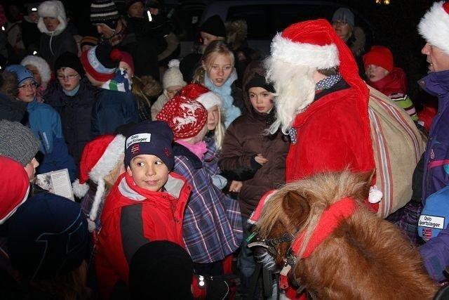 Flere titalls barn stimlet om nissen som ankom Marienlunden til hest. Foto: Kaja Stabursvik