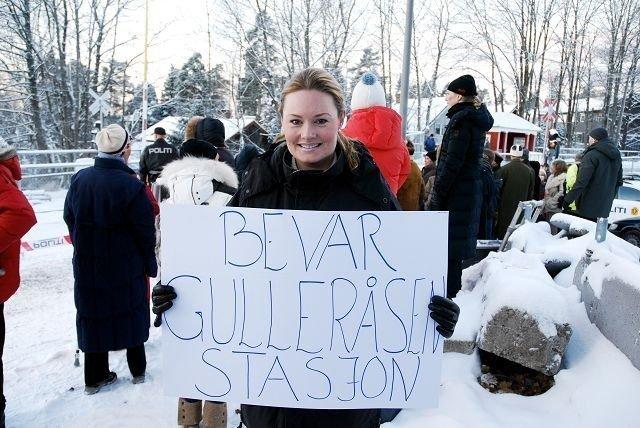 Benedicte Frydendal bærer plakaten som har samme navn som Facebook-gruppen.