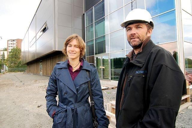 Ellingsrudhallen skal innvies og åpnes. Her fra bygging tidligere i høst, med Ingrid Tollånes fra Oslo Idrettskrets og John Nodrmoen fra enteprenøren K-bygg.