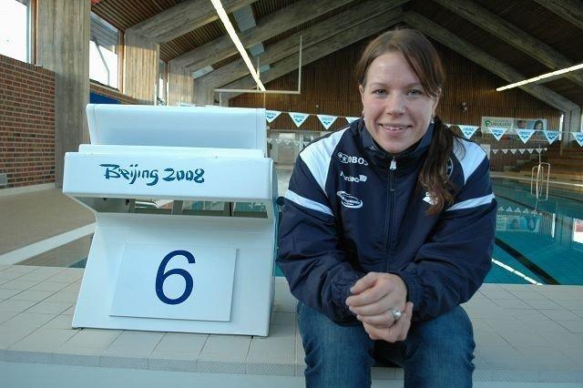 Sara Nordenstam skal svømme 200 meter bryst søndag 19.desember i VM kortbane i Dubai. Her sitter hun ved siden av startblokken som hun brukte da hun vant bronse i OL i Beijing.