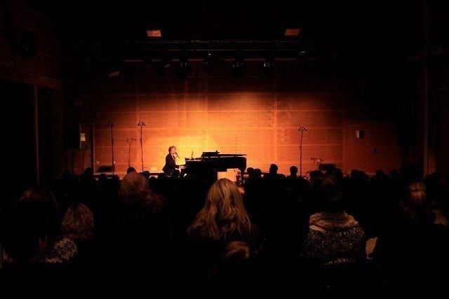 Ingrid Bjørnov var svært personlig og delte mange historier fra egen oppvekst på Oppsal, da hun holdt konsert på sin gamle skole.