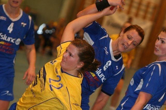 BSKs Rikke Alræk blir hindret av Njårds Marianne Nilsen, og får straffe.