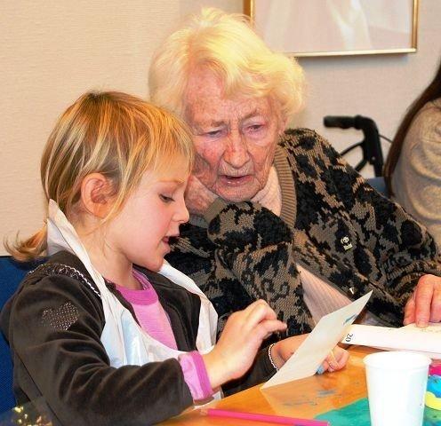 Anne-Lise Finchenhagen koser seg med juleverksted sammen med de yngste.