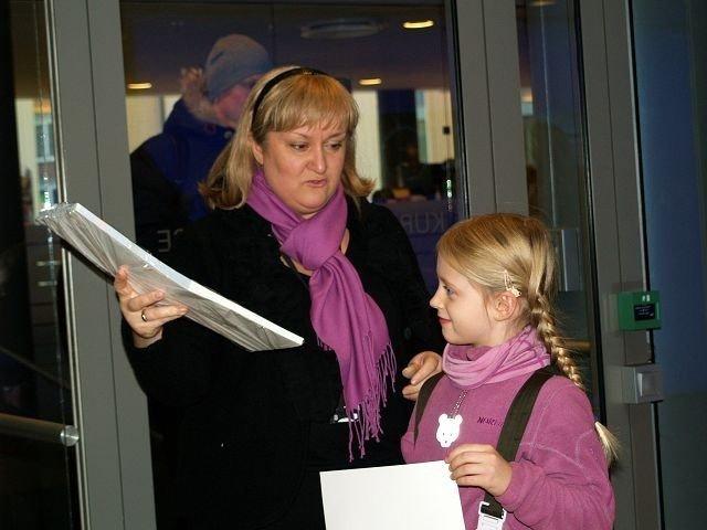 Emily Wegem Waller (8) fra Majorstuen skole vant KPMGs tegnekonkurranse, og her feires det hos KPMG.