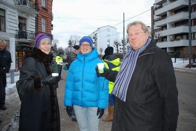 Unni Høyland, Annika Kron i KTP og Oddvar Gundersen koste seg med gløgg i ettermiddag.