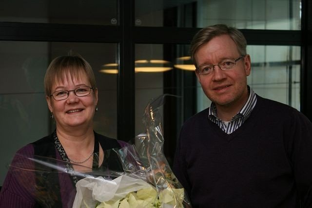 Päivi Hannele Särkelä får penger av byråd Torger Ødegård til å utvide tilbudet på Lambertseter bibliotek.