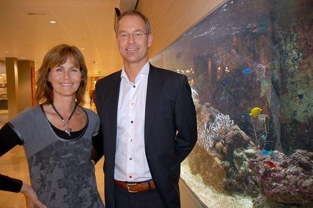 Både Senterleder Irene B. Karstad og Direktør i Sektor Eiendomsutvikling Eirik Thrygg er svært fornøyd med det nye samarbeidet. Her foran det unike saltvannsakvariet til Linderud