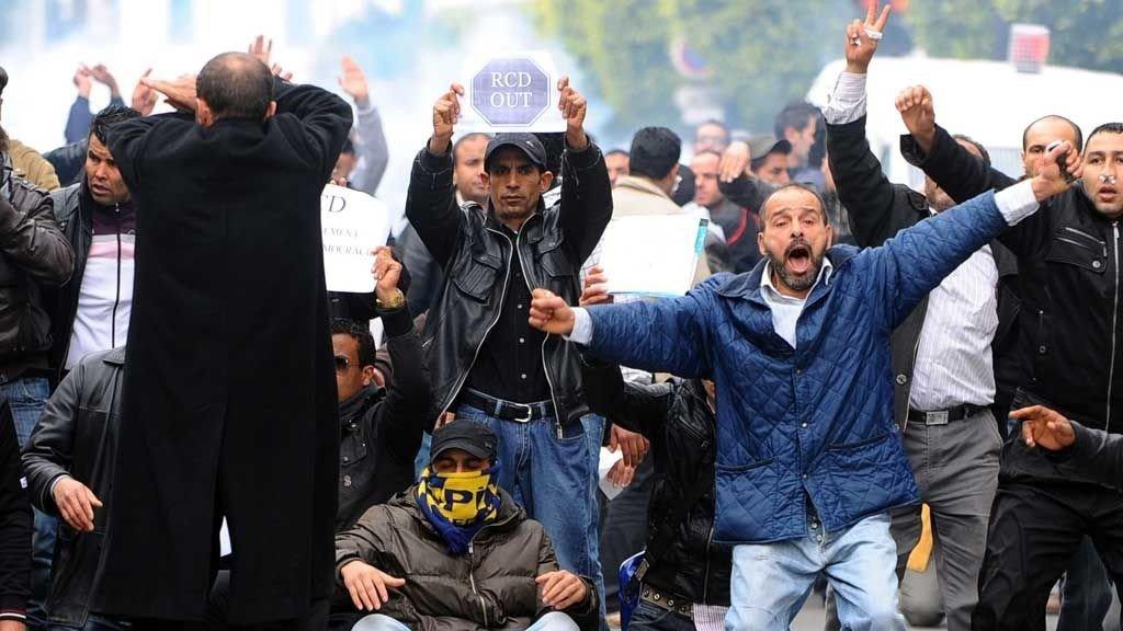 STORE PROTESTER: Demonstrasjonene har fortsatt gjennom tirsdag i den tunisiske hovedstaden Tunis.