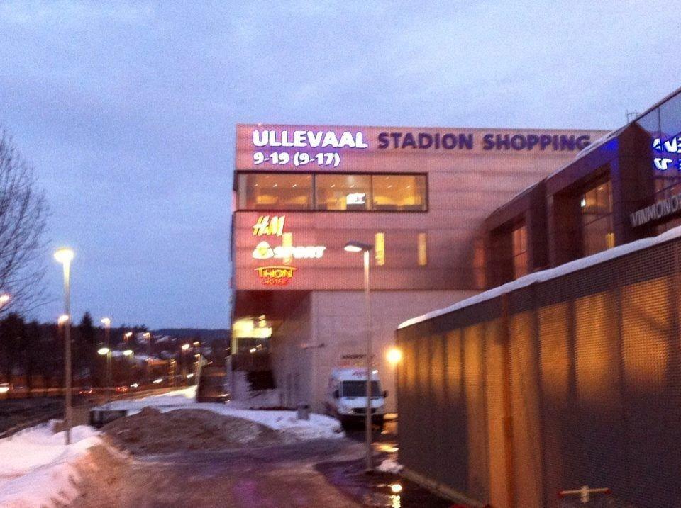 Halvparten av det blå reklamelyset på Ullevaal stadion som sjenerte naboene er nå slått av. Etter planen skal hele skiftes ut for å harmonere med den nye profilen.