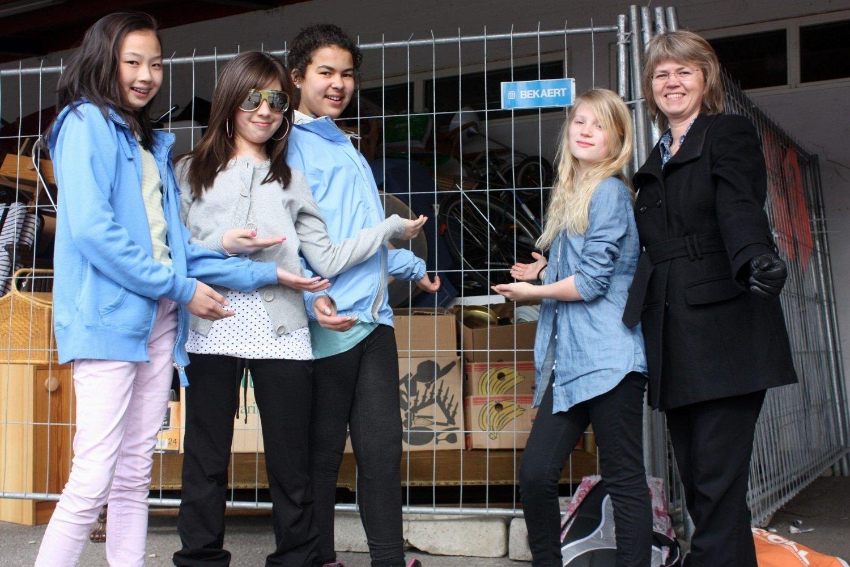 Beatrix Chikwa (f.v.), Victoria Veronika Ioner, Emma Julie Holm, Helene Unander og korpsmamma Åse Unander fra Hasle korps var godt forberedt før sist helgs loppemarked på Hasle skole.