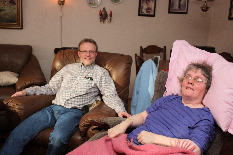 I over 20 år har Oddvar Langeland pleiet sin MS-syke kone Unn Berit. Nå har han fått avslag på søknad om noen avlastningsdager for å være med på jobb-seminar. – Er det på denne måten bydelen skal spar, spør han. Foto: Arne Vidar Jenssen