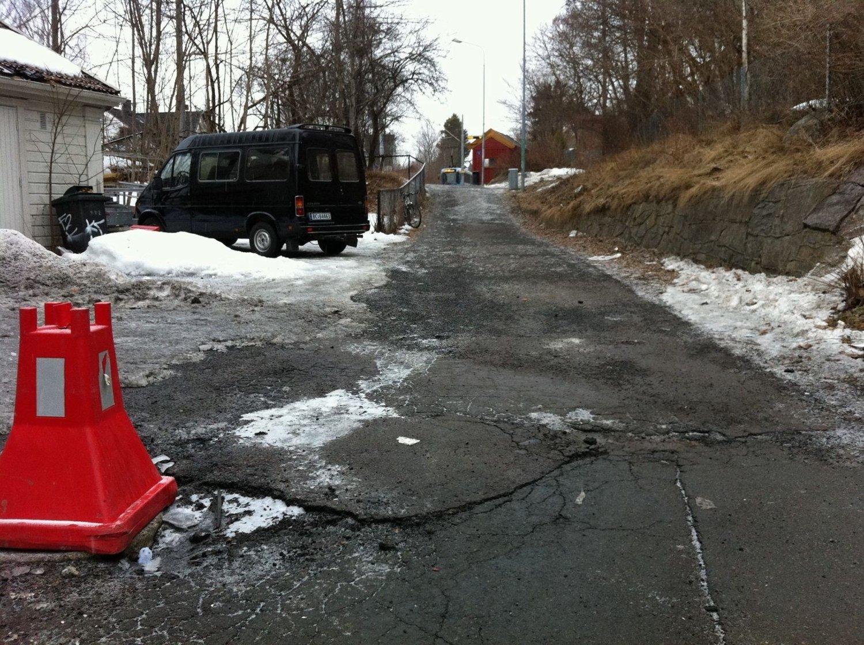 Etter at arbeidsfolk med hakker og børstemaskin inntok veien opp til trikken på Sæter er sølevann erstattet med asfalt.