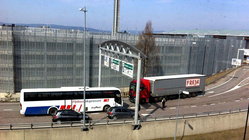 BLE STOPPET: Her har den snarrådige bussjåføren tatt affære og stanset den bulgarske lastebilsjåføren som var på vei i feil retning på motorveien ut fra Gardermoen.
