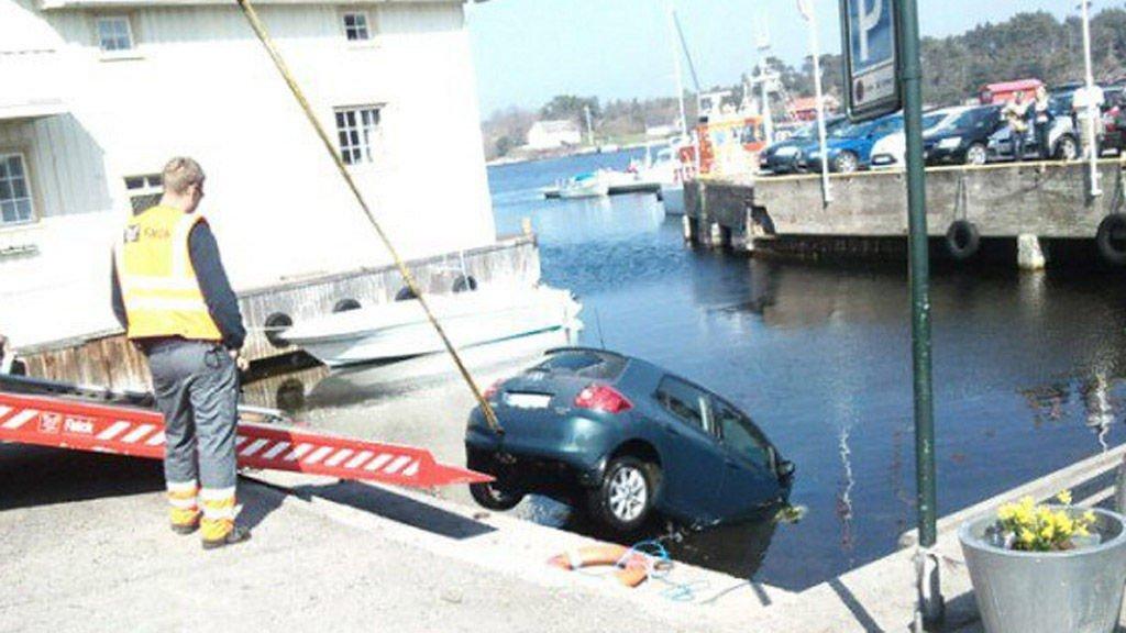 TRILLET UTFOR: Denne bilen trillet utfor bryggekanten i Langesund mens eieren kjøpte seg en is.