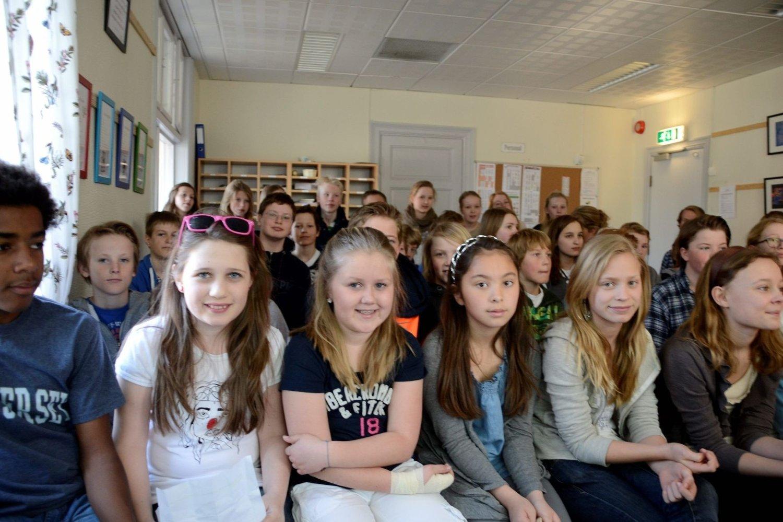 Jentene i 7. klasse syns det er urettferdig at elevene ved Gul Dara ikke har lik tilgang på ressurser som de selv har. F.v: Bettina Caroline Jacobsen, Christine Günther, Linn Kolstad Yuen, Marthe Bugge og Nora Holst Hansen.