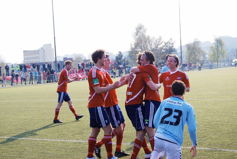 Tobias Elshøy har skåret sitt første mål for Hasle-Løren og blir gratulert av lagkameratene.