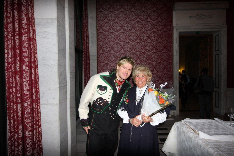 Øystein «Pølsa» Pettersen mottok hederspris av Oslo kommune sammen med Ildsjel Berit Sollie. Her antrukket i bunad fra Notodden, hvor hans far kommer fra. – Neste gang stiller jeg i bunad fra Groruddalen som er saggebukse og cap, fleiper Øystein Pettersen.