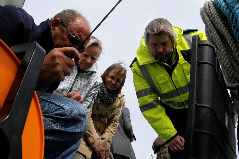 Hartvig Christie (Niva) filmer havbunnen mens Ingvild Martinsen, Torild Jørgensen og Per Øivind Halvorsen ser på.